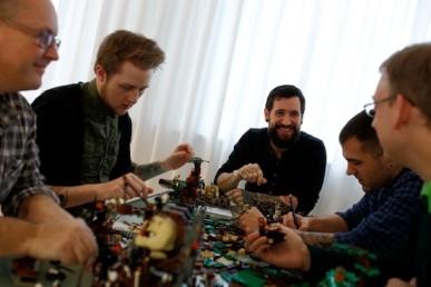 Diseñadores de LEGO trabajando en una edición de El Hobbit. Tomada de The Wall Street Journal.